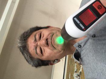 【非接触型温度計で体温測定】