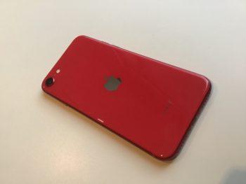 【赤いコスモスとiPhone】