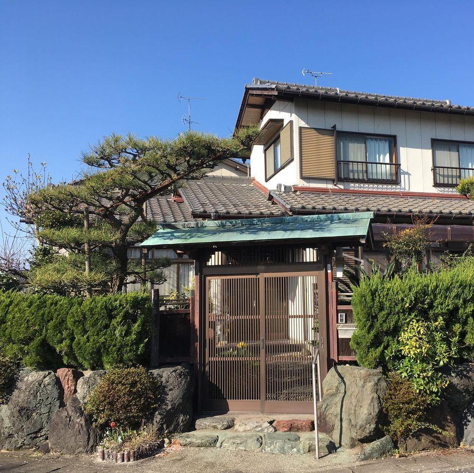 【和風門のお宅と桜】