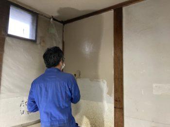 【壁のひび割れ補修と塗装】
