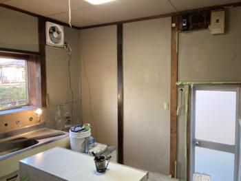 【壁塗装後に柱塗装は逆工程?】