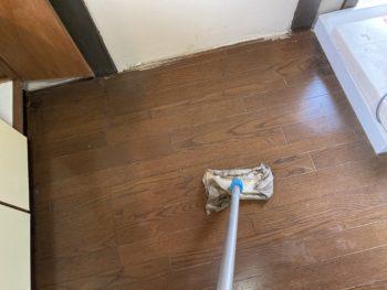 【床の汚れをマジックリンで清掃】