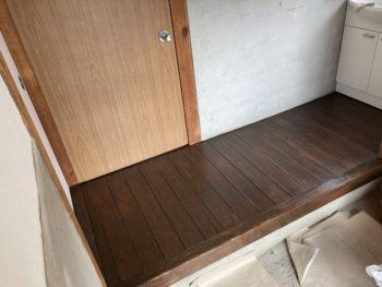 【玄関ホールの木床を塗装】