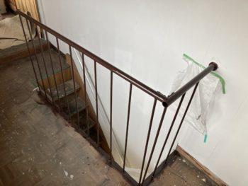 【階段室スチール手すり塗装】