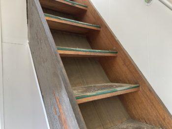 【養生を外し階段塗装開始】