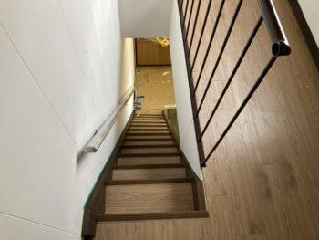 【スベラーズを階段に貼り付け】