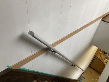 【階段室の壁劣化部に巾木取付】