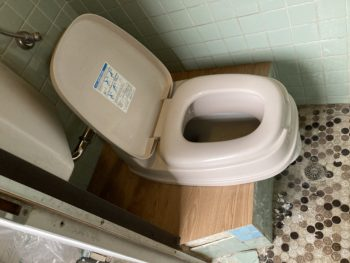 【トイレ床にフロアタイル貼】