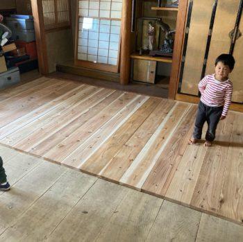【杉板を子供と床に並べました】