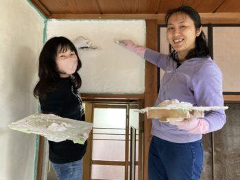 【漆喰を子供達が手塗りです】
